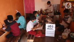 Sejumlah siswa sekolah dasar belajar dengan menggunakan wifi gratis di warkop Rizki, Pondok Aren, Tangerang Selatan, Rabu (29/7/2020). Hal ini dilakukan untuk memudahkan akses internet agar proses pembelajaran dapat berjalan lancar selama belajar online saat pandemi. (Liputan6.com/Angga Yuniar)