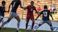 Striker Timnas Indonesia, Ezra Walian, berusaha melewati pemain Kamboja pada laga SEA Games di Stadion Shah Alam, Selangor, Kamis (24/8/2017). (Bola.com/Vitalis Yogi Trisna)