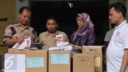Ketua KPU DKI Jakarta Sumarno (kiri) jelang pemusnahan surat suara, Jakarta, Selasa (18/4). Surat suara sebanyak 6.943 tersebut dimusnahkan karena rusak dan yang berlebihan. (Liputan6.com/Helmi Afandi)