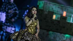 Syahrini membuat seisi Istora Senayan melihat kepadanya lewat gaun emas origami yang dikenakannya, Jakarta, (8/10/14).(Liputan6.com/Faizal Fanani)