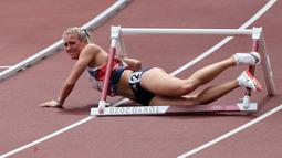 Atlet asal Inggris Jessie Knight mengalami insiden ketika menambak rintangan gawang dalam cabang atletik nomor lari gawang 400m putri. Kejadian itu bermula ketika Knight tersandung pada rintangan pertama sehingga membuatnya goyah dan menabrak rintangan gawang berikutnya. (Foto: AFP/Guiseppe Cacace)