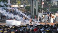 Petugas kepolisian menembakan gas air mata ke arah massa aksi saat terjadi bentrokan di kawasan Tanah Abang, Jakarta, Rabu (22/5/2019). Lantaran menolak bubar, aparat berkali-kali menembakan gas air mata ke arah massa. (Liputan6.com/Herman Zakharia)