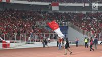 Suporter turun ke pinggir lapangan saat pertandingan timnas Indonesia melawan Malaysia pada Kualifikasi Piala Dunia 2022 Grup G Zona Asia di Stadion Gelora Bung Karno, Kamis (5/9/2019). Kekalahan Indonesia dinodai peristiwa memalukan yang dilakukan sejumlah suporter (Liputan6.com/Helmi Fithriansyah)