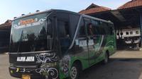 Bus melaju di jalanan pantura dengan iringan musik dangdut (Liputan6.com / Panji Prayitna)