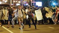 Bentrok antar masyarakat dan polisi di Belarusia usai pengumuman hasil jajak pendapat. (AP/ Sergei Grits)