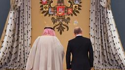 Presiden Rusia, Vladimir Putin saat menerima kunjungan  dan Raja Arab Saudi Salman bin Abdulaziz Al Saud di Kremlin, Moskow, Rusia (5/10). Putin dan Salman diperkirakan membincangkan pasar minyak global dan konflik Suriah. (AFP Photo/Pool/Yuri Kadobnov)