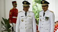 Gubernur Kalimantan Selatan, Sahbirin Noor dan wakilnya Rudi Resnawan berpose saat acara pelantikan gubernur dan wakil gubernur masa jabatan tahun 2016-2021 di Istana Merdeka, Jakarta, Jumat (12/2 ).(Liputan6.com/Faizal Fanani)