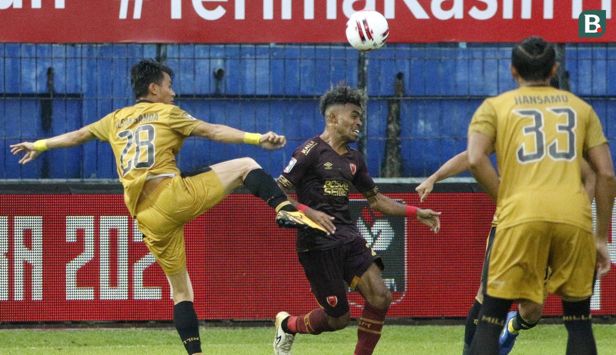 Pemain PSM Makassar Yakob Sayuri (tengah) dijaga dua pemain Bhayangkara Solo FC, Hansamu Yama (kanan) dan Alsan Sanda dalam pertandingan matchday ke-2 Babak Penyisihan Grup B Piala Menpora 2021 di Stadion Kanjuruhan, Malang, Sabtu (27/3/2021). Kedua tim bermain imbang 1-1. (Bola.com/Ikhwan Yanuar)