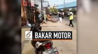 Kesal karena ditilang Polisi, seorang anak kecil membakar motornya sendiri. Peristiwa ini menarik perhatian warga setempat, dan api yang membakar motornya dipadamkan oleh warga.