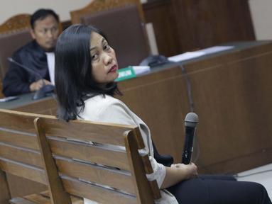 Direktur Keuangan PT Inersia Ampak Engineer (IAE), M Indung Andriani saat menjalani sidang pembacaan dakwaan di Pengadilan Tipikor, Jakarta, Rabu (20/8/2019). M Indung Andriani didakwa menjadi perantara suap untuk anggota komisi VI DPR RI, Bowo Sidik Pangarso. (Liputan6.com/Helmi Fithriansyah)