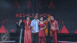 Lesti, Danang dan Shiha Zikir didampingi orangtua masing-masing menunggu detik-detik pengumuman pemenang dalam Grand Final D'Academy Asia 2015 Result Show di Studio 5 Indosiar, Jakarta, Selasa (29/12). (Liputan6.com/Herman Zakharia)