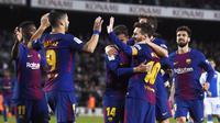 Para pemain Barcelona merayakan gol yang dicetak oleh Lionel Messi ke gawang Leganes pada laga La Liga di Stadion Camp Nou, Sabtu (7/4/2018). Barcelona menang 3-1 atas Leganes. (AP/Manu Fernandez)