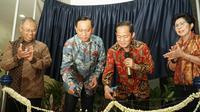 CEO PT Elang Mahkota Teknologi Tbk (EMTK) Eddy Sariaatmadja dan Rektor ITB Kadarsah Suryadi menggunting pita dalam acara peresmian Gedung CRCS Lantai 3. (Liputan6.com/Huyogo Simbolon)