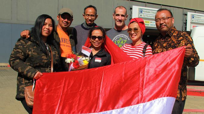 Sari (tengah) bersama pejabat KBRI Pretoria (Istimewa)