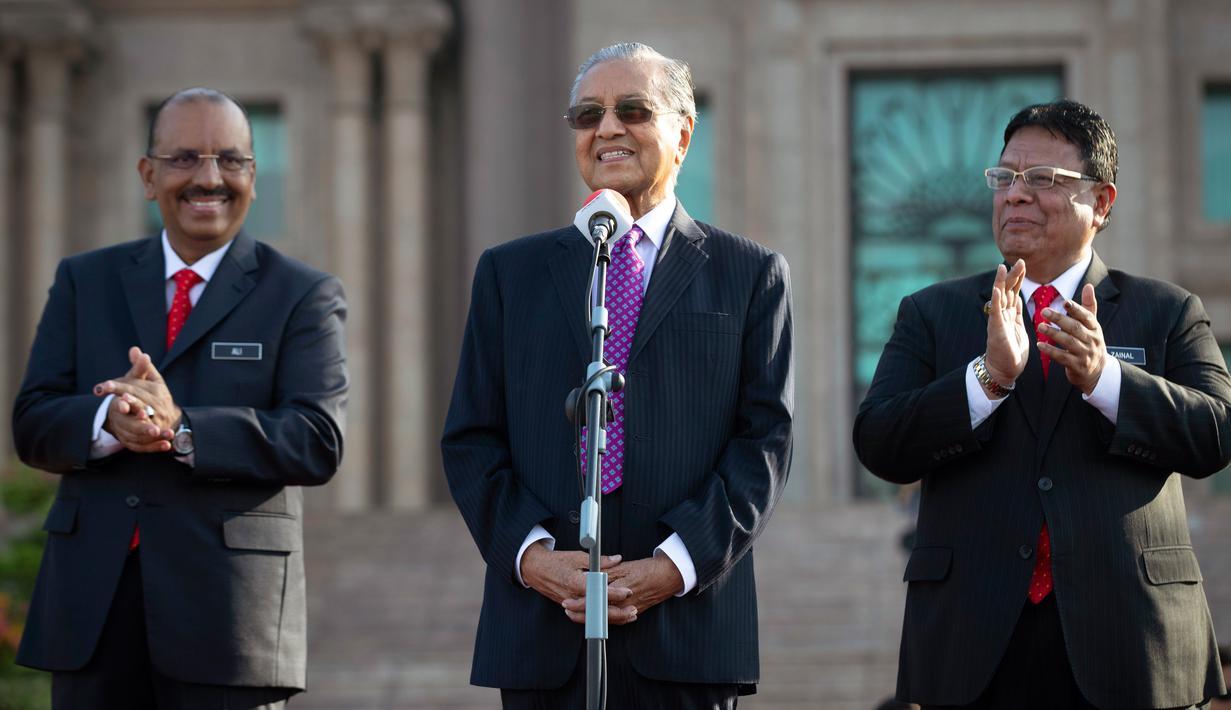 Perdana Menteri baru Malaysia Mahathir Mohamad (tengah) berpidato saat pertemuan bulanan pertamanya sebagai perdana menteri di Putrajaya, Malaysia (21/5). (AP/Vincent Thian)