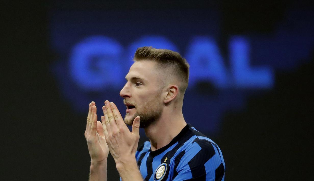 Bek Inter Milan, Milan Skriniar, melakukan selebrasi usai mencetak gol ke gawang Atalanta pada laga Liga Italia di Stadion Giuseppe Meazza, Senin (8/3/2021). Inter Milan menang dengan skor 1-0. (AP/Luca Bruno)