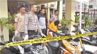Tersangka penadah sepeda motor curian dengan barang bukti kejahatannya di Pekanbaru. (Liputan6.com/M Syukur)