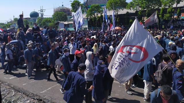 Ribuan Mahasiswa Se Surabaya Geruduk Kantor Dprd Jatim
