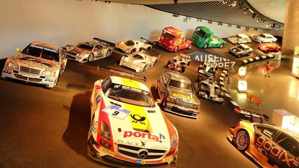 Koleksi mobil balap Mercedes-Benz, dengan tata letak yang menyerupai sirkuit asli. (Foto: Rio/Liputan6).