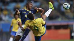 Pemain Brasil, Gabriel Jesus merebut bola dari jangkauan pemain Ekuador, Pedro Velasco (kiri) pada laga kualifikasi Piala Dunia 2018 zona CONMEBOL di Porto Alegre, Brasil, (31/8/2017). Brasil menang 2-0. (AP/Andre Penner)