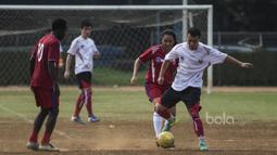 Para pemain terbaik pada turnamen Football For Peace melakukan laga eksebisi. (Bola.com/Vitalis Yogi Trisna)
