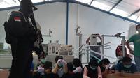 Polisi menggerebek pabrik masker ilegal di Cilincing, Jakarta Utara, Jumat (28/2/2020). (Liputan6.com/ady Anugrahadi)