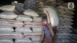 Pekerja memikul karung beras di sentra pasar beras Cipinang, Jakarta, Selasa (19/5/2020). Perum bulog menjamin stok beras nasional pada Juni 2020 mencapai 1,8 juta ton dengan hasil penyerapan panen di sejumlah sentra produksi diperkirakan 650 ribu ton pada Juni 2020. (Liputan6.com/Faizal Fanani)