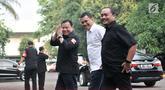 Ketua Bawaslu Abhan (kiri) dan Sekjen PKB Abdul Kadir Karding (tengah) saat tiba untuk mendampingi pasangan bakal capres-cawapres Joko Widodo atau Jokowi-Ma'ruf Amin tes kesehatan di RSPAD Gatot Subroto, Jakarta, Minggu (12/8). (Merdeka.com/Iqbal Nugroho)