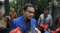 Wakil Ketua Umum Partai Amanat Nasional (PAN) Hanafi Rais memberi keterangan saat tiba di rumah Prabowo Subianto di Jakarta, Kamis (9/8). Sejumlah petinggi Gerindra dan PAN mulai berdatangan jelang deklarasi capres-cawapres. (Merdeka.com/Iqbal Nugroho)