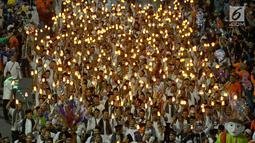 Umat muslim mengikuti pawai obor menyambut Tahun Baru Islam 1441 H pada acara Jakarta Muharram Festival di kawasan Bundaran HI, Jakarta, Sabtu (31/8/2019). Pawai yang diikuti 4000 peserta dengan obor elektrik dimeriahkan dengan berbagai rangkaian acara. (merdeka.com/Imam Bukhori)