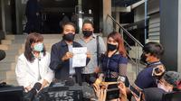Eks Menpora Roy Suryo melaporkan artis Lucky Alamsyah ke Polda Metro Jaya terkait tuduhan tabrak lari. (Liputan6.com/Ady Anugrahadi)