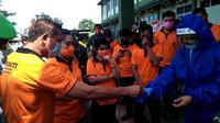 Warga Tionghoa di Bengkulu menyerahkan puluhan ribu APD untuk para tenaga kesehatan menghadapi Pandemi Covid-19. (Liputan6.com/Yuliardi Hardjo)