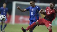 Bek Timnas Indonesia, Hansamu Yama, berusaha membuang bola saat melawan Taiwan pada laga Grup A Asian Games di Stadion Patriot, Jawa Barat, Minggu (12/8/2018). (Bola.com/Vitalis Yogi Trisna)
