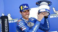 Pembalap Suzuki Ecstar, Joan Mir, melakukan selebrasi di atas podium usai balapan MotoGP Aragon, Spanyol, Minggu (18/10/2020). Alex Rins berhasil finis pertama dengan catatan waktu 41 menit, 54,391 detik. (AP Photo/Jose Breton)