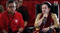 Ketum PDIP, Megawati Soekarnoputri dan Sekjen Hasto Kristanto saat berdialog dengan elemen muda di DPP PDIP, Jakarta, Senin (7/1). Acara tersebut dalam rangka memperingati HUT ke-46 PDI Perjuangan. (Liputan6.com/Johan Tallo)