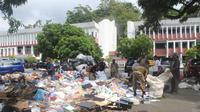 Sampah di depan Kantor Gubernur Papua, sisa pendemo anarkis yang bertahan semalaman di kantor pemerintahan itu. (Liputan6.com/Katharina Janur)