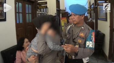 Polisi bongkar sindikat penjual bayi lewat media sosial. Petugas sementara amankan bayi yang jadi korban di rumah sakit.