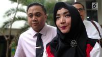 Terdakwa kasus penyalahgunaan narkotika Roro Fitria bersiap menjalani sidang putusan di PN Jakarta Selatan, Kamis (18/10). Roro dijatuhkan hukuman pidana selama 4 tahun dan denda Rp 800 Juta dan subsider selama 3 bulan. (Liputan6.com/Faizal Fanani)