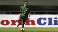 Gelandang PSMS Medan, Rachmad Hidayat, menggiring bola saat melawan PS Tira pada laga Liga 1 di Stadion Pakansari, Jawa Barat, Rabu (5/12). PSMS kalah 2-4 dari PS Tira. (Bola.com/Yoppy Renato)