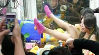 Mesin capit berisikan wanita seksi di Taiwan. Source: Shanghaiiist