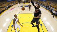 Aksi bintang Cleveland Cavaliers, LeBron James (kanan), pada Gim 2 Final NBA melawan Golden State Warriors, Minggu (4/6/2017) malam waktu setempat. (AP/John G. Mabanglo/Pool Photo via AP)