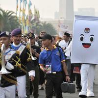 Badut berbentuk kotak suara Komisi Pemilihan Umum (KPU), ondel-ondel, dan marching band ikut meramaikan pawai Deklarasi Kampanye Damai di Monas, Minggu (23/9). (Merdeka.com/Iqbal Nugroho)