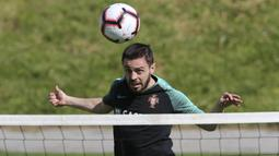 Pemain Portugal, Bernardo Silva, menyundul bola saat latihan jelang laga kualifikasi Piala Eropa di Lisbon, Selasa (19/3). Portugal akan berhadapan dengan Ukraina. (AP/Armando Franca)