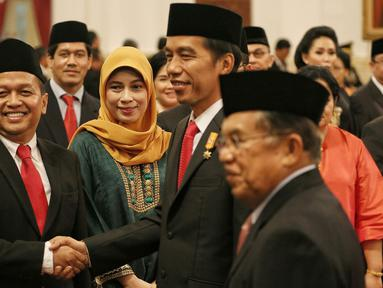 Presiden Jokowi (kanan) menyalami Ketua Komite Ekonomi dan Industri Nasional (KEIN), Soetrisno Bachir usai pelantikan pengurus KEIN di Istana Negara, Jakarta, Rabu (20/1). Pembentukan KEIN sesuai Perpres Nomor 8 Tahun 2016. (Liputan6.com/Faizal Fanani)
