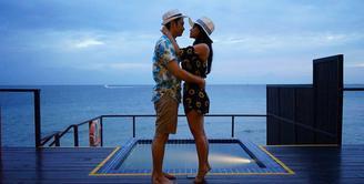 Jalinan asmara Dewi Perssik dan Angga Wijaya memang sukses membuat publik terkejut. Bermula dari urusan pekerjaan, namun akhirnya keduanya pun jatuh cinta. (Foto: instagram.com/anggawijaya88)