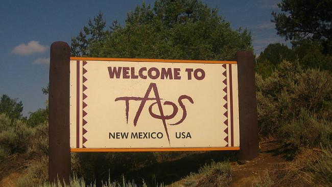 Papan batas kota Taos. (Sumber Wikimedia Commons/Billy Hathorn)