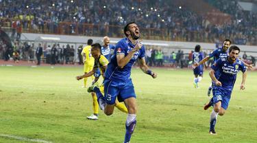 Pemain Persib Bandung, Vujovic merayakan gol saat melawan pemain Persiba Balikpapan pada lanjutan Torabika SC 2016  di Stadion Wibawa Mukti, Cikarang, Sabtu (1/10/2016). (Bola.com/Nicklas Hanoatubun)