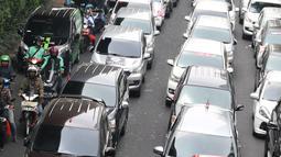 Salah satu pengendara motor mencoba menembus jejeran kendaraan taksi online yang berjejer di jalan Iskandarsyah menuju Terminal Blok M, Jakarta, Selasa (25/9). Mereka berunjuk rasa di depan Kantor GO-JEK Indonesia. (Liputan6.com/Helmi Fithriansyah)