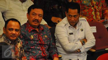 Kepala BIN, Budi Gunawan (tengah) dan Kepala BNN, Budi Waseso (kanan) saat menghadiri acara HUT Megawati Soekarno Putri ke-70 di TIM, Jakarta, Senin (23/1). HUT Megawati dirayakan dengan menonton pementasan teater.(Liputan6.com/Angga Yuniar)