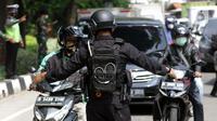 Petugas dari Korps Brimob melakukan penyekatan di Jalan Lenteng Agung Raya, Jakarta, Selasa (6/7/2021). Penyekatan dilakukan untuk mengurangi mobilitas warga selama pemberlakukan PPKM Darurat se Jawa-Bali 3-20 Juli 2021. (Liputan6.com/Helmi Fithriansyah)